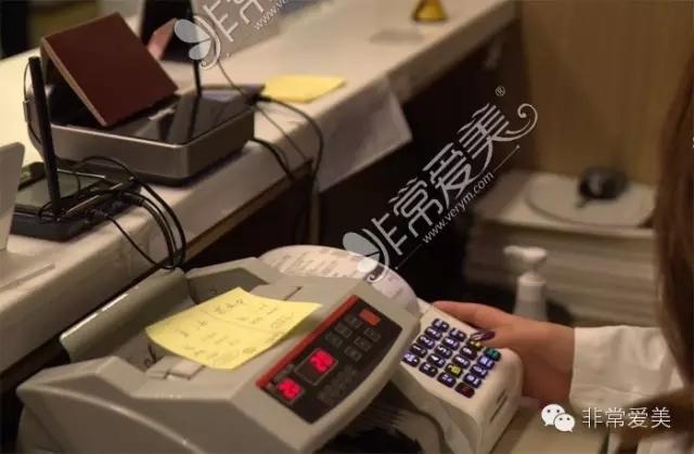 韩国医生操作整容退税仪器