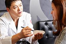 为什么韩国流行找爱琳医院金明辙院长做假体隆胸?