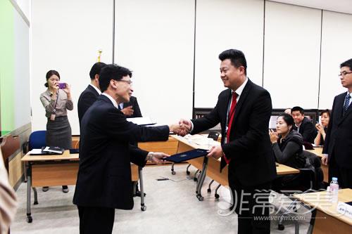 非常愛美網總裁鄭朝峰先生領獎