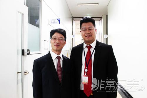 非常愛美網總裁鄭朝峰先生與韓國法務部官員韓吳根合影