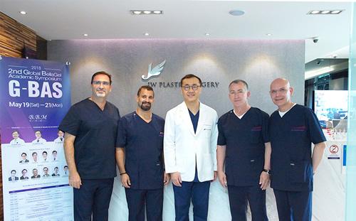 JW整形外科薛澈焕院长(中间)与国外隆胸院长合影