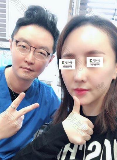 韩国清新整形外科安邰晥院长与患者合照