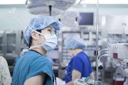麻醉医生在观察手术中各项指标