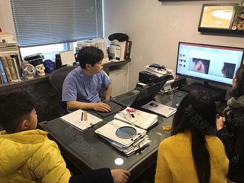 商谈小耳畸形修复过程照片