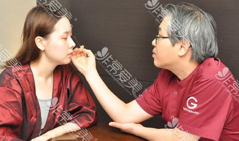 韩国朴钟喆正在设计双眼皮