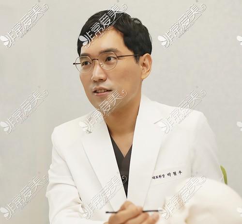 韩国优雅人整形外科朴哲佑院长