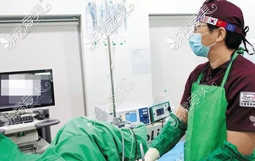 韩国世檀塔院长手术中